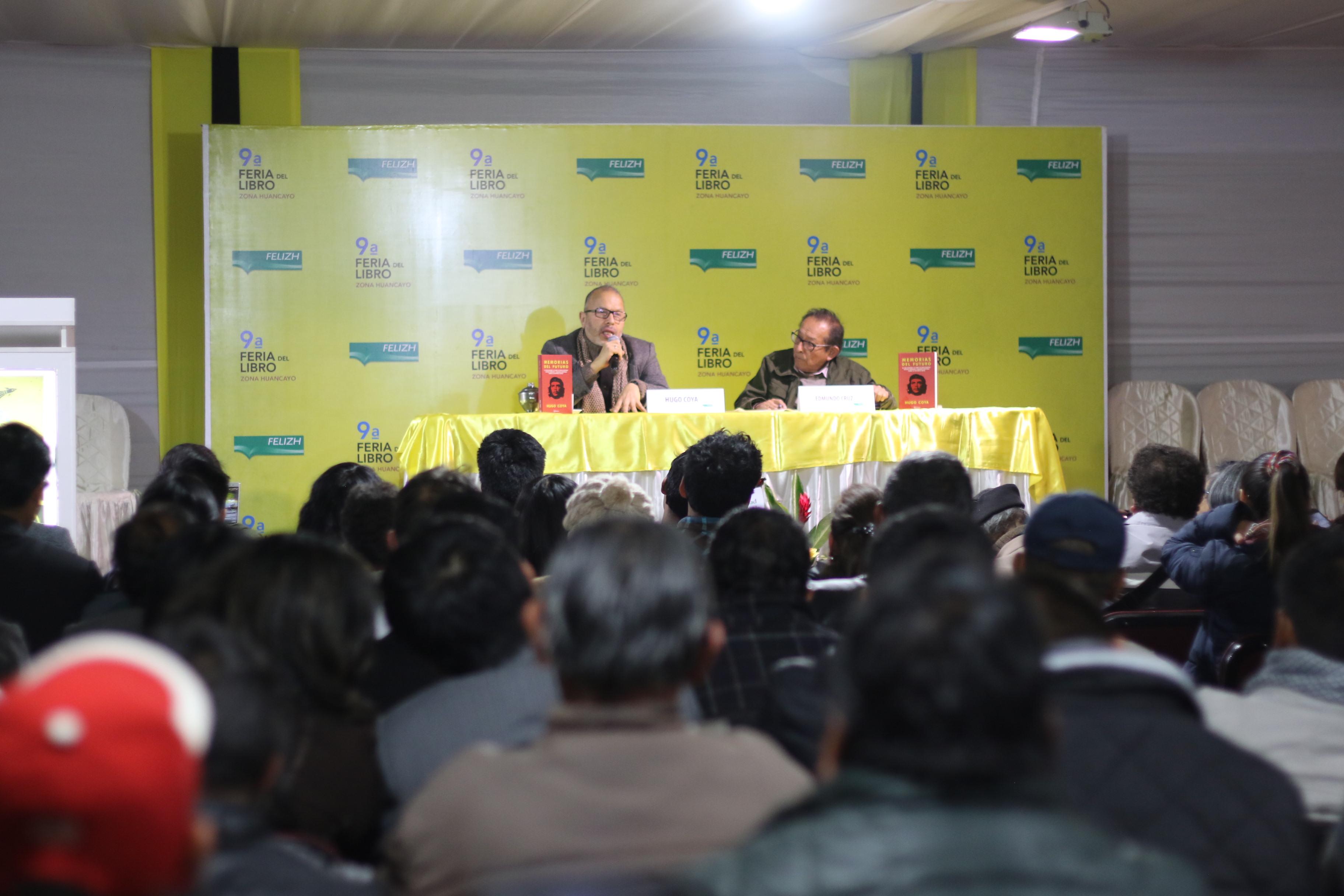 """Hugo Coya y Edmundo Cruz en la presentación del libro """"Memorias del futuro""""."""