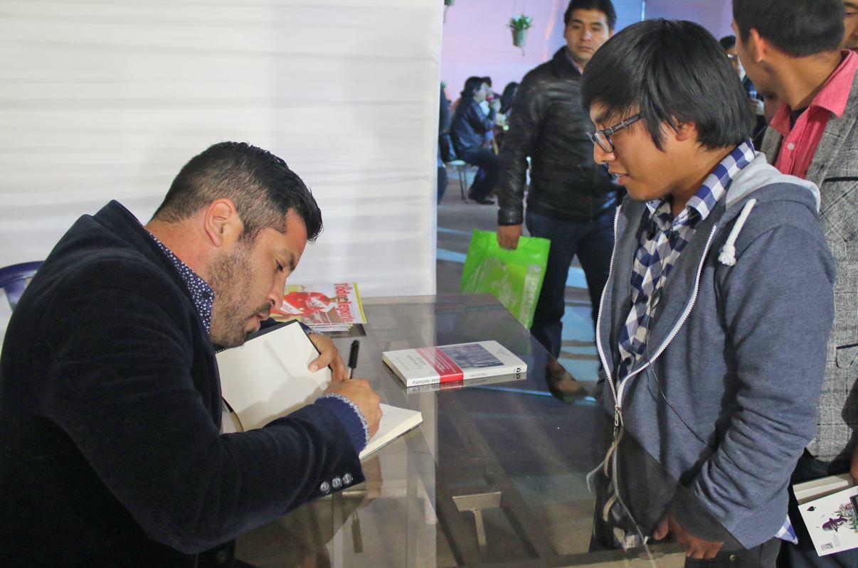 """Diego Trelles firmando libros de """"La procesión Infinita"""""""